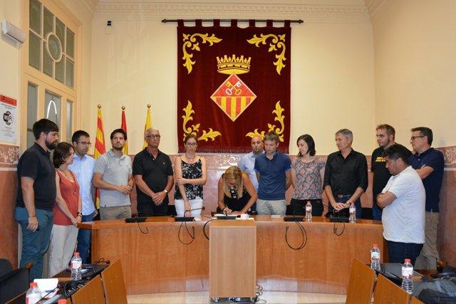 L'equip de govern de Rubí i els regidors del ple signant en el llibre de