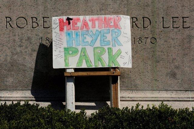 Cartel en honor a Heyer sobre la estatua de Lee en Charlottesville