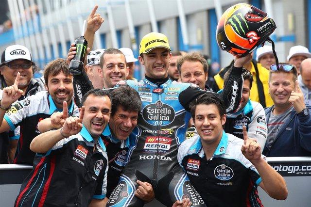 Arón Canet celebra con su equipo su victoria en Assen