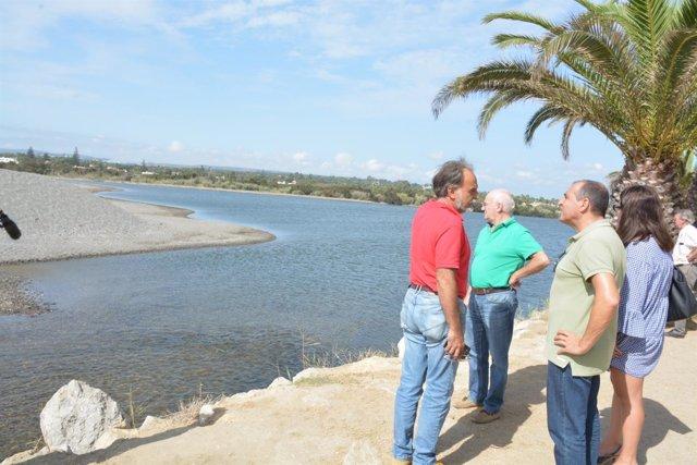 Visita del Ayuntamiento a la bocana obstruída del río