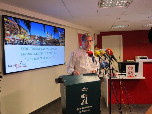 El concejal, Jesús Pacheco, durante la presentación del informe de Turismo