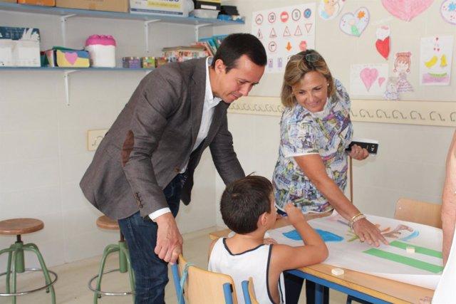 El delegado de Salud visita una escuela de verano de Almería