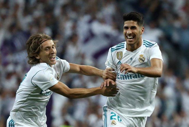 Modric y Asensio celebran un gol del Real Madrid