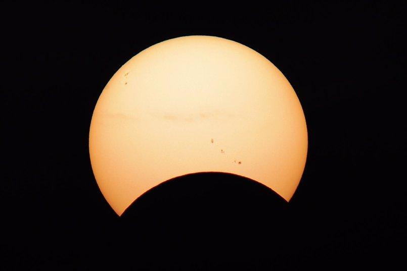 """La niebla """"chafó"""" el eclipse solar en Vigo y en Canarias pudo verse sin gafas por la presencia de nubes y calima"""