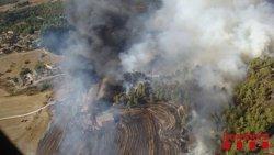Disset dotacions dels Bombers treballen en un incendi que afecta naus industrials a Navarcles (ACN)