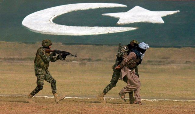 Maniobras de paramilitares paquistaníes en Peshawar