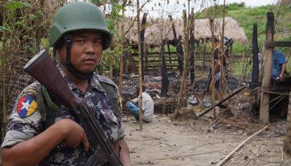 Los habitantes budistas sitian a sus vecinos rohingya en un pueblo del estado birmano de Rajine