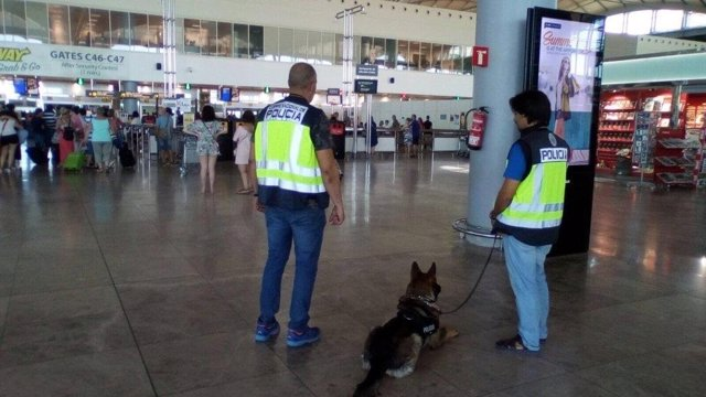 Policía en el aeropuerto de El Altet