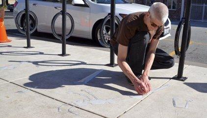 Un artista callejero juega con las sombras de una ciudad a su antojo con sorprendente resultado