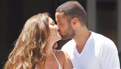 Malena Costa y Mario Suárez se funden en un beso a su vuelta a España