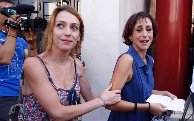 Isabel Rivas, este martes en los juzgados, junto a su hermana Juana