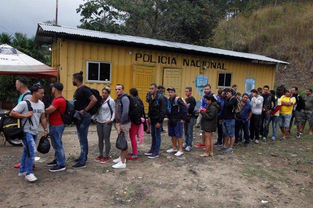 Migrantes hacen cola en la frontera entre Honduras y Guatemala