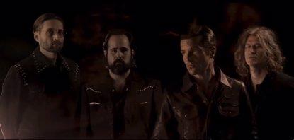 Carreteras secundarias, atropellos y cócteles molotov en el nuevo videoclip de The Killers: Run for Cover (UNIVERSAL MUSIC)
