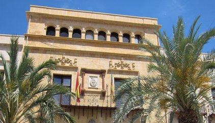 Un vecino de Elche devuelve a la Policía un maletín con 6.500 euros y dos pagarés de 600 que se había encontrado