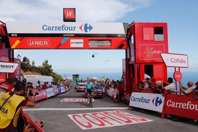 El fugado Lutsenko (Astana) gana en Santa Lucía y Froome refuerza el liderato