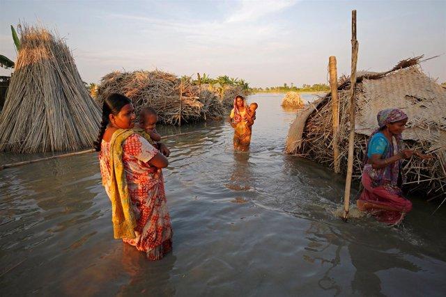 Las inundaciones afectan el área de Bogra, en Bangladesh.