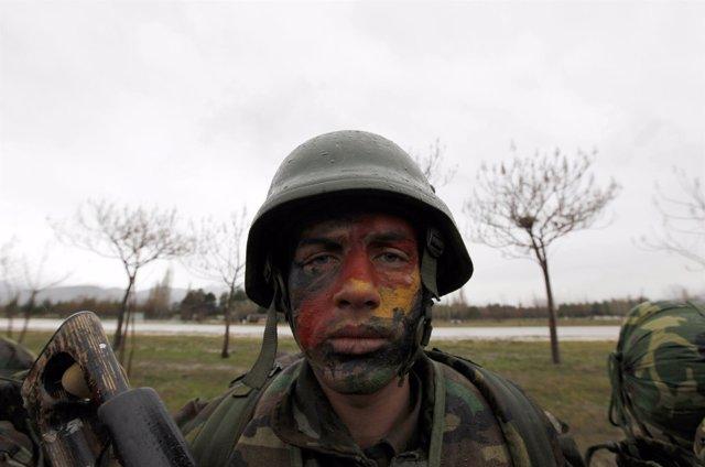 Un soldado afgano recibe entrenamiento militar de las fuerzas turcas.
