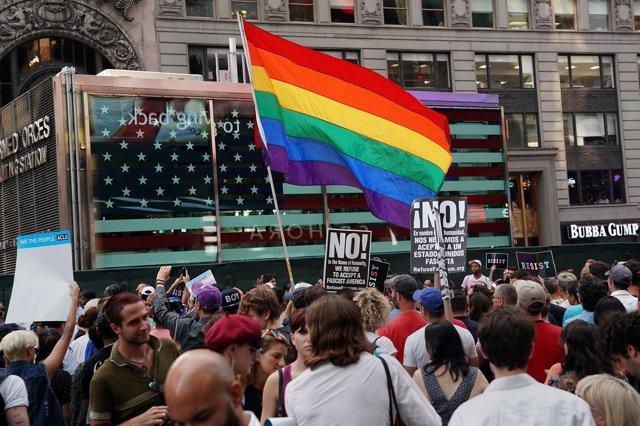 Manifestación contra el veto a las personas transgénero en el Ejército de EEUU