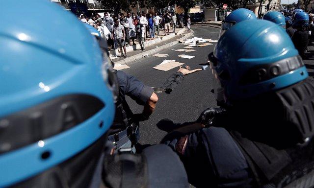 Inmigrantes y refugiados protestan en Roma por un desalojo