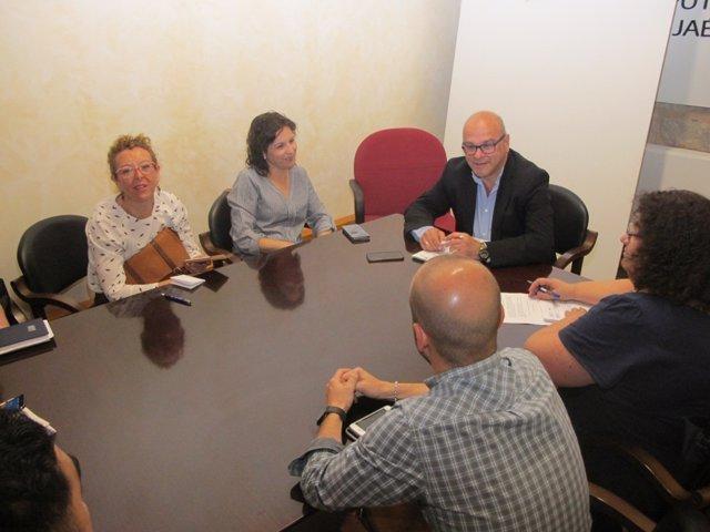 Fernández (c) en una reunión con responsables turísticos.