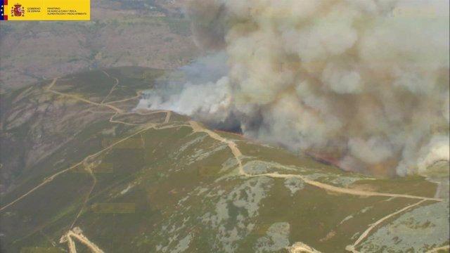 Incendios.- Medio Ambiente envía 10 medios aéreos al incendio forestal declarado