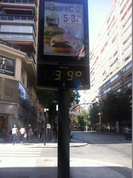Un termómetro marca 39 grados centígrados en la Gran Vía de Murcia