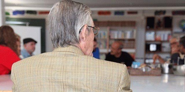 Un anciano en un centro de día de la ONG