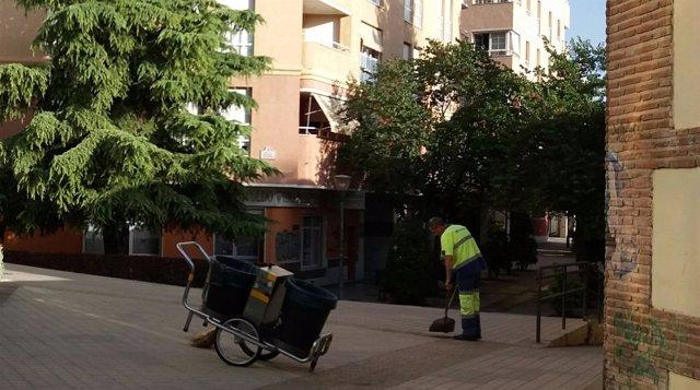 Un operario de la limpieza trabaja junto a la Biblioteca de Andalucía