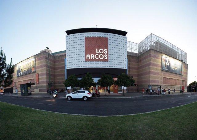 Fachada principal del Centro Comercial Los Arcos.