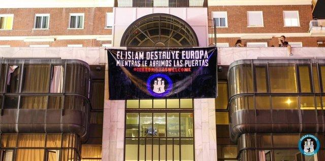 Pancarta de la sede del Hogar Social Madrid