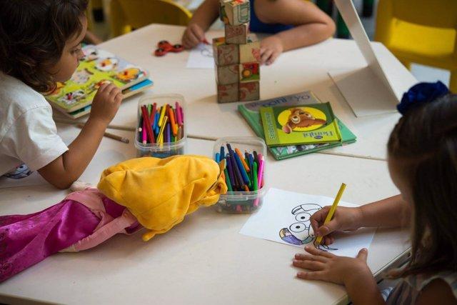 Talleres infantiles en el Centro Comercial Bahía Sur.
