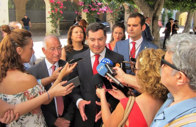En el centro, el presidente del PP-A, Juanma Moreno