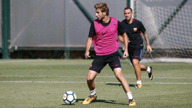 Sergi Samper entrenando con el Barcelona