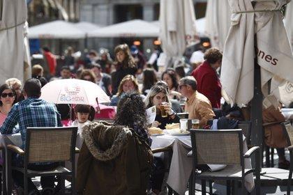 Los españoles elevan un 5% el gasto en bebidas y snacks fuera de casa por las altas temperaturas