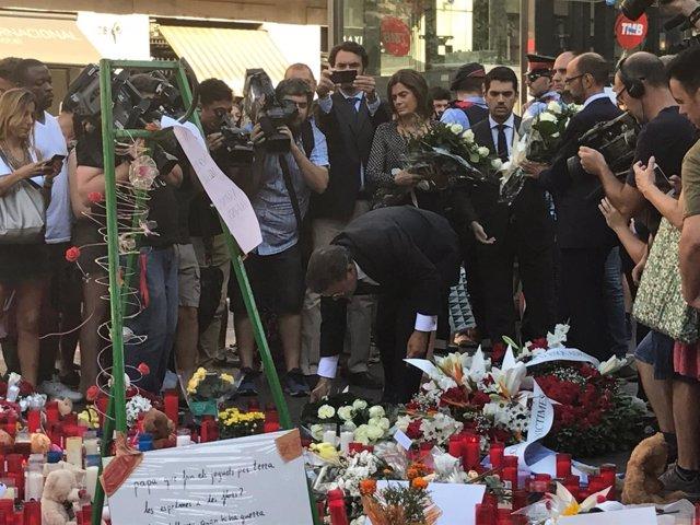El ministro R. Catalá en una ofrenda floral a las víctimas de los atentados