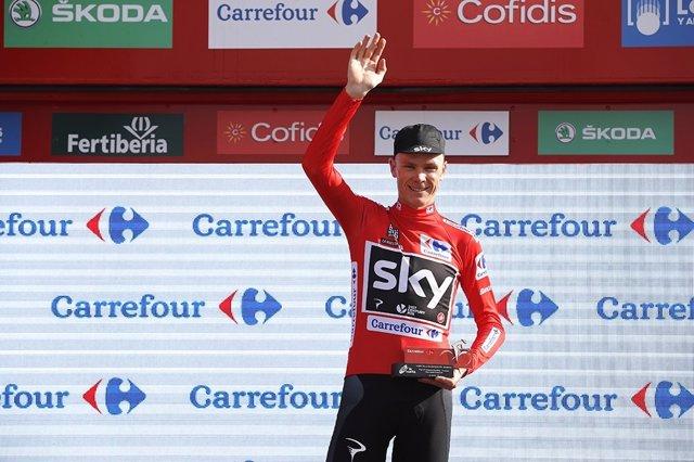 Chris Froome saluda en el podio de La Vuelta a España