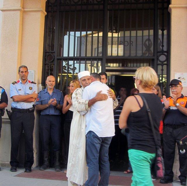 El padre del menor fallecido en Rubí se abraza a un imán