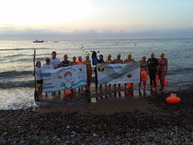 Nadadores sujetando pancarta