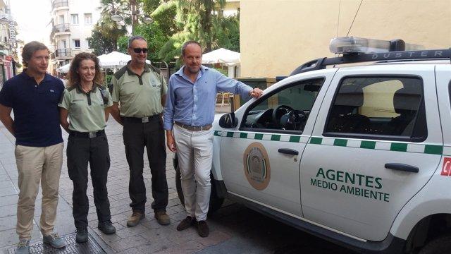 Algar entrega los nuevos vehículos a agentes de Medio Ambiente