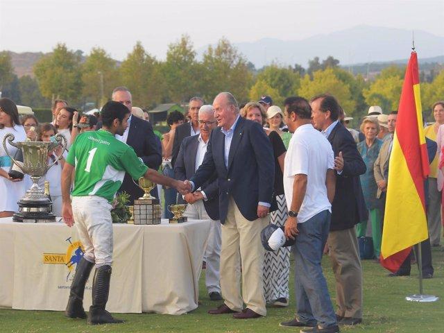 El rey Juan Carlos entrega el trofeo en la final de 2016 (Santa María Polo Club)