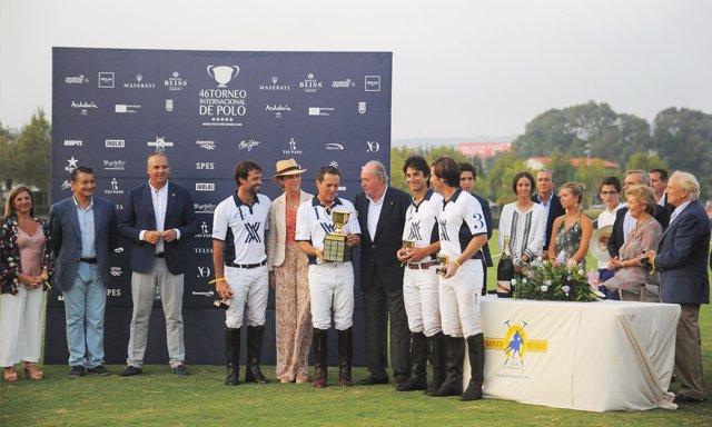 El Rey Juan carlos entrega el Trofeo Ayala Polo Team