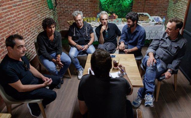 Hombres g y taburete dar n cinco conciertos juntos qu for Taburete para tocar guitarra