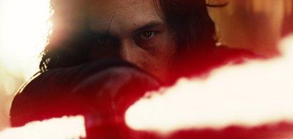 Kylo Ren se arrodilla ante Snoke en el imponente póster de Star Wars: Los últimos Jedi