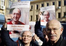 IU se reúne en el Congreso con el escritor detenido en España y reclamado por Turquía