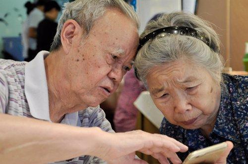 Personas mayores con un móvil