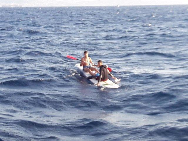 Los rescatados, sobre la tabla de surf