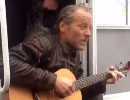 VÍDEO: Actores de Juego de Tronos cantan una canción de Tom Waits en el set de rodaje