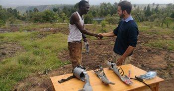 """El estudiante que diseñó brazos protésicos con impresora 3D para personas en Kenia: """"Ha sido precioso e impresionante"""""""