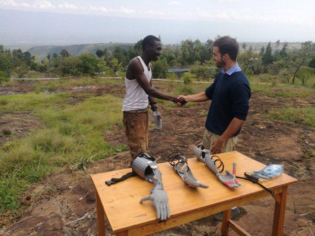 Estudiante diseña brazos protésicos para personas en Kenia