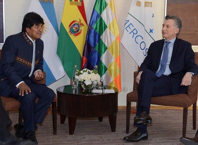 Argentina's President Mauricio Macri talks to Bolivia's President Evo Morales be